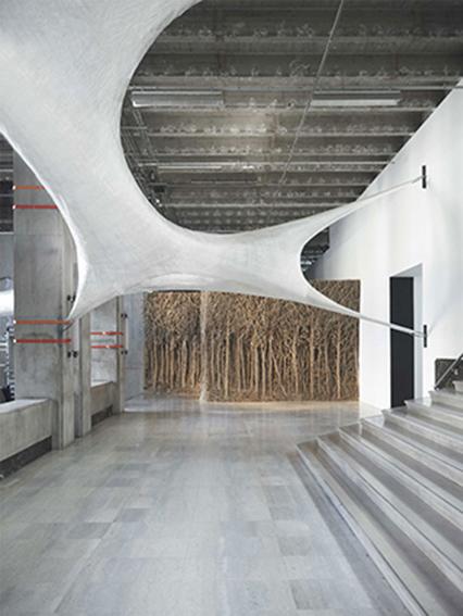COS-se-la-joue-arty-et-soutient-l-exposition-INSIDE-au-Palais-de-Tokyo