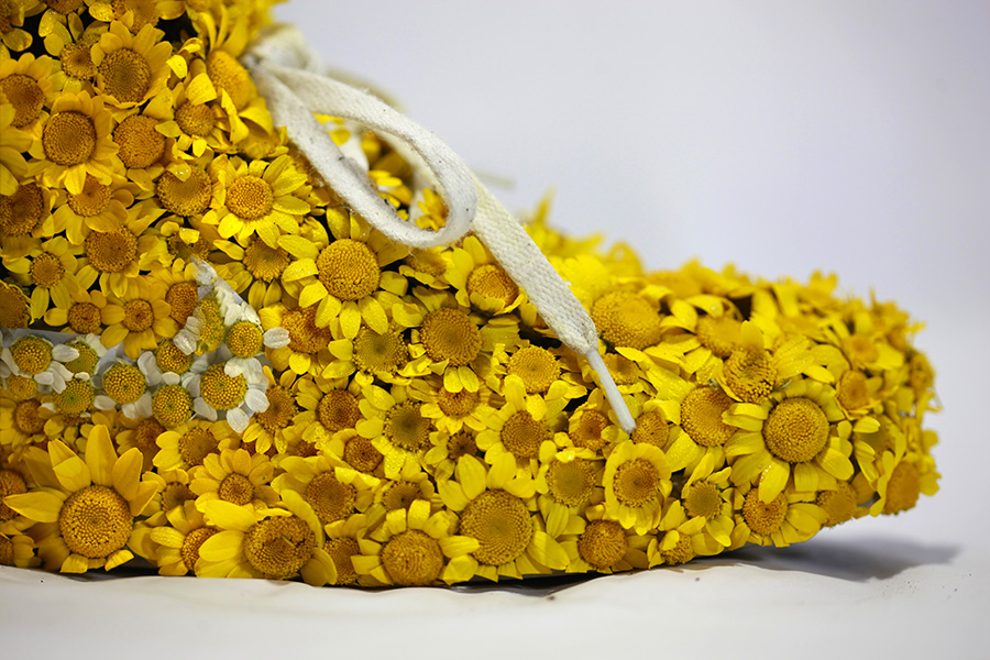 Nike_yellow_shoes_flowers_instagram_gros_plan1