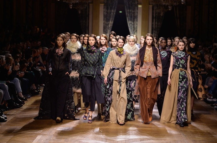 Dries Van Noten manie les ornements à la perfection, collection couture décontractée !