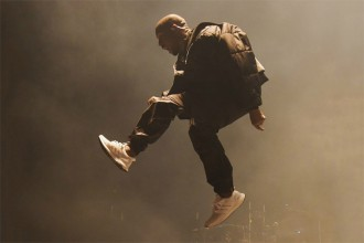 "Kanye West en Adidas Ultra Boost ""Triple White"" aux BBMA & Powerhouse 2015"