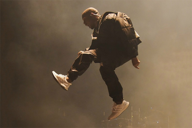 Kanye West en Adidas Ultra Boost « Triple White » aux BBMA & Powerhouse 2015