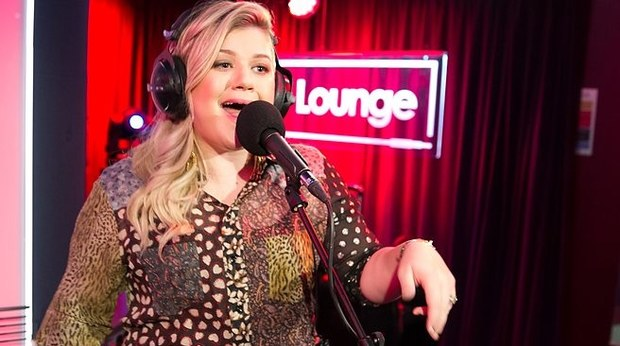 « Bitch Better Have My Money » de Rihanna reprise par Kelly Clarkson