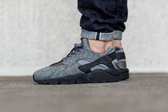 Zoom sur la Nike Air Huarache Run Tech Fleece