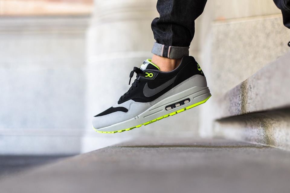 nike-kair-max-1-leather-in-a-grey-black-volt-02