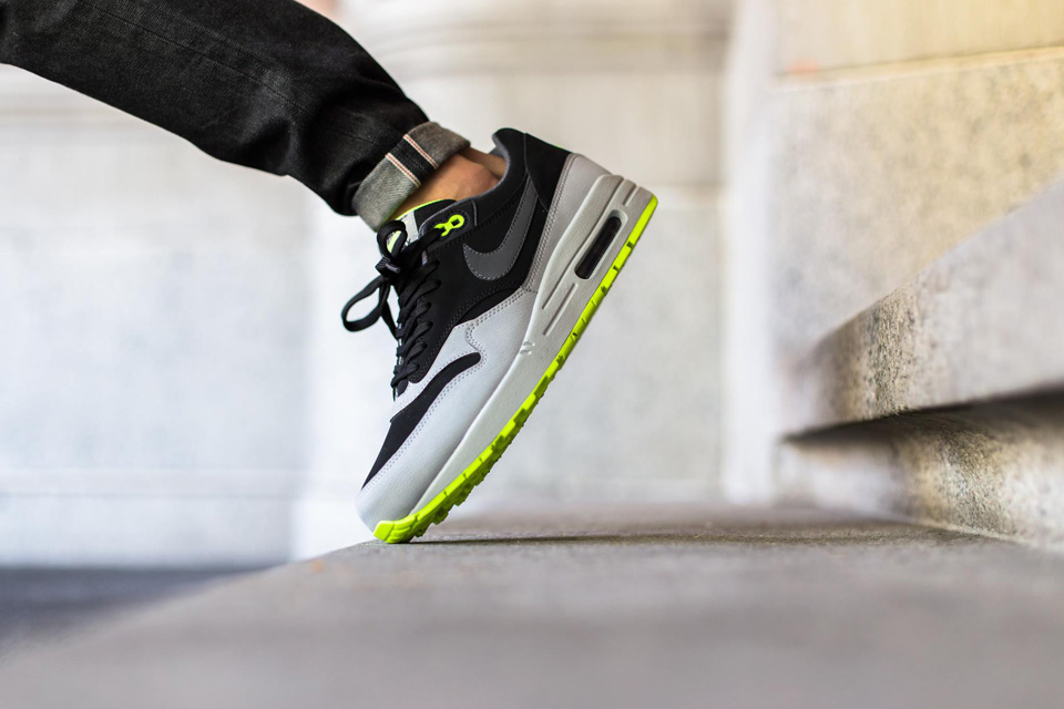 nike-kair-max-1-leather-in-a-grey-black-volt-03