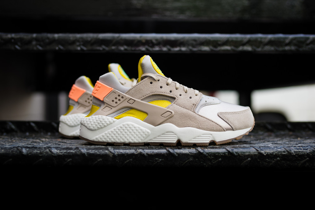 Zoom sur la Nike Wmns Air Huarache Run Prm « Sunset Glow »