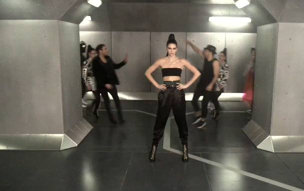 Kendall Jenner et Olivier Rousteing dansent dans le métro parisien pour H&M et Balmain (VIDEO)