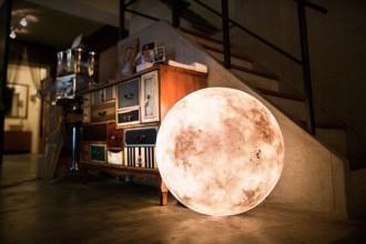 Studio acorn et sa lampe en forme de lune
