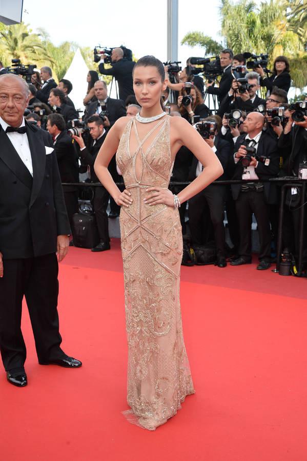 Bella Hadid lors de la cérémonie d'ouverture du festival de Cannes 2016