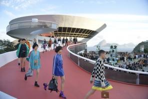 Les photos du défilé Louis Vuitton Cruise 2017 à Rio de Janeiro