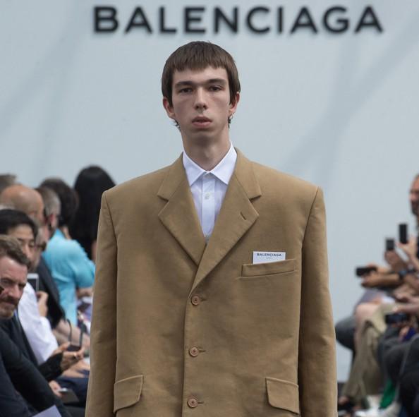 On a décrypté le génial défilé Balenciaga par Demna Gvasalia