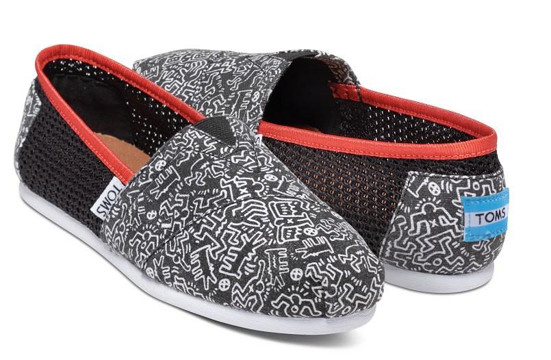 Modèle de la collection TOMs x Fondation Keith Haring