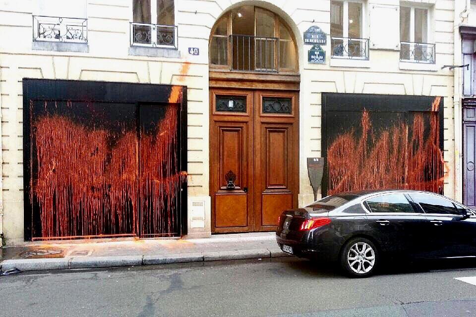 Kidult vandalise le pop up store parisien de Kanye West