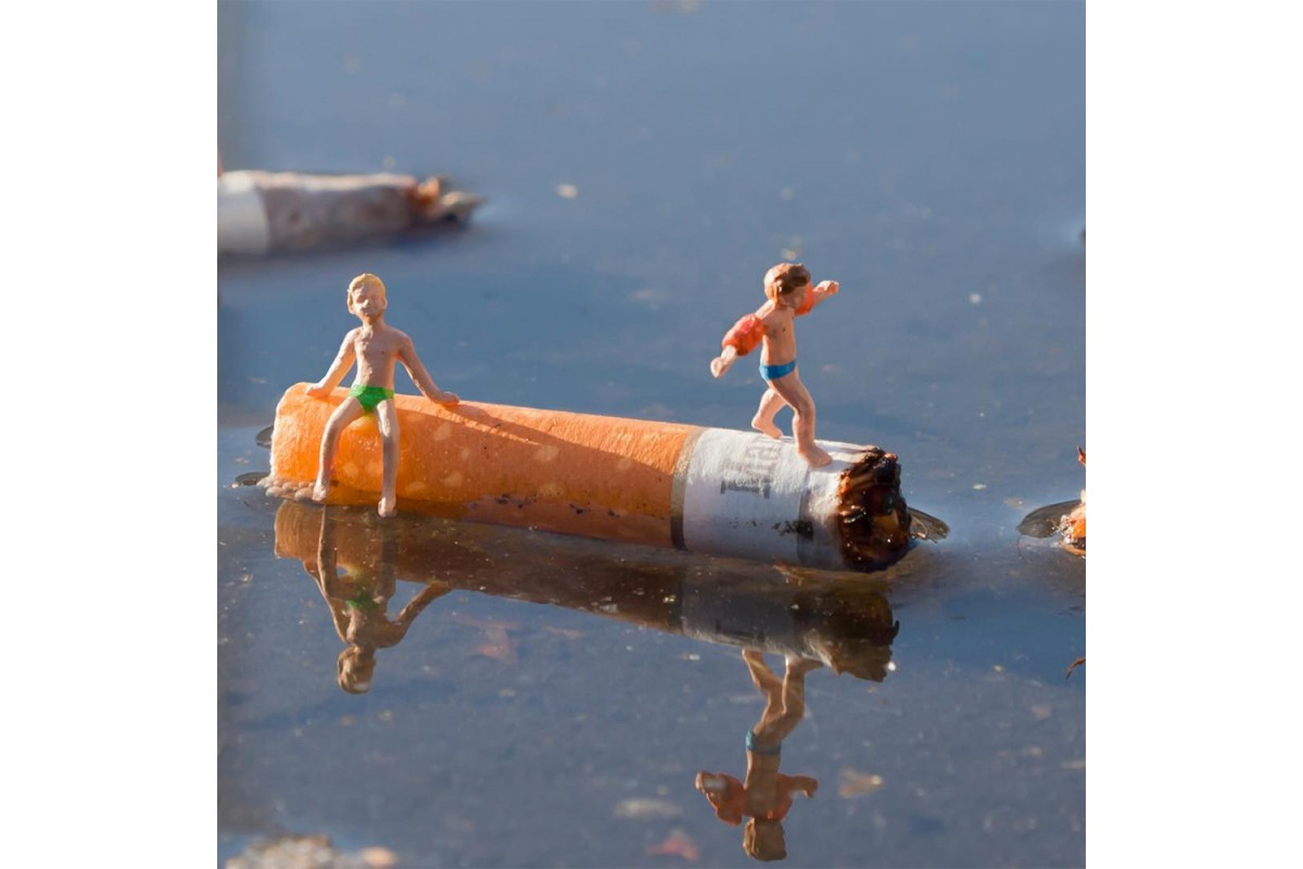 Slinkachu redonne vie aux détails des rues avec l'installation de personnages miniatures