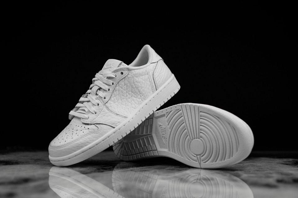 """""""No Swoosh"""" pour la toute nouvelle Air Jordan 1 Low Triple White"""