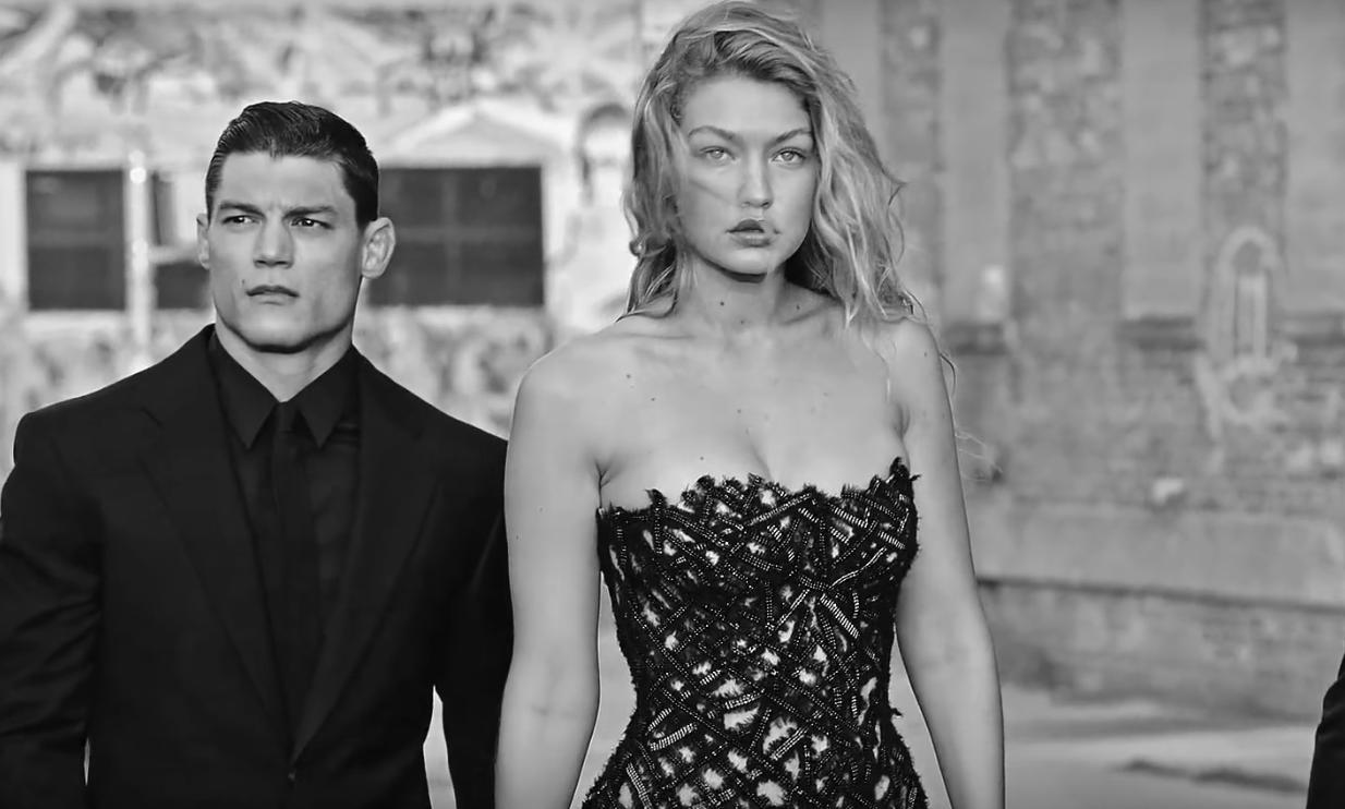 Gigi Hadid magnifique et torride dans «Dylan Blue» pour Versace