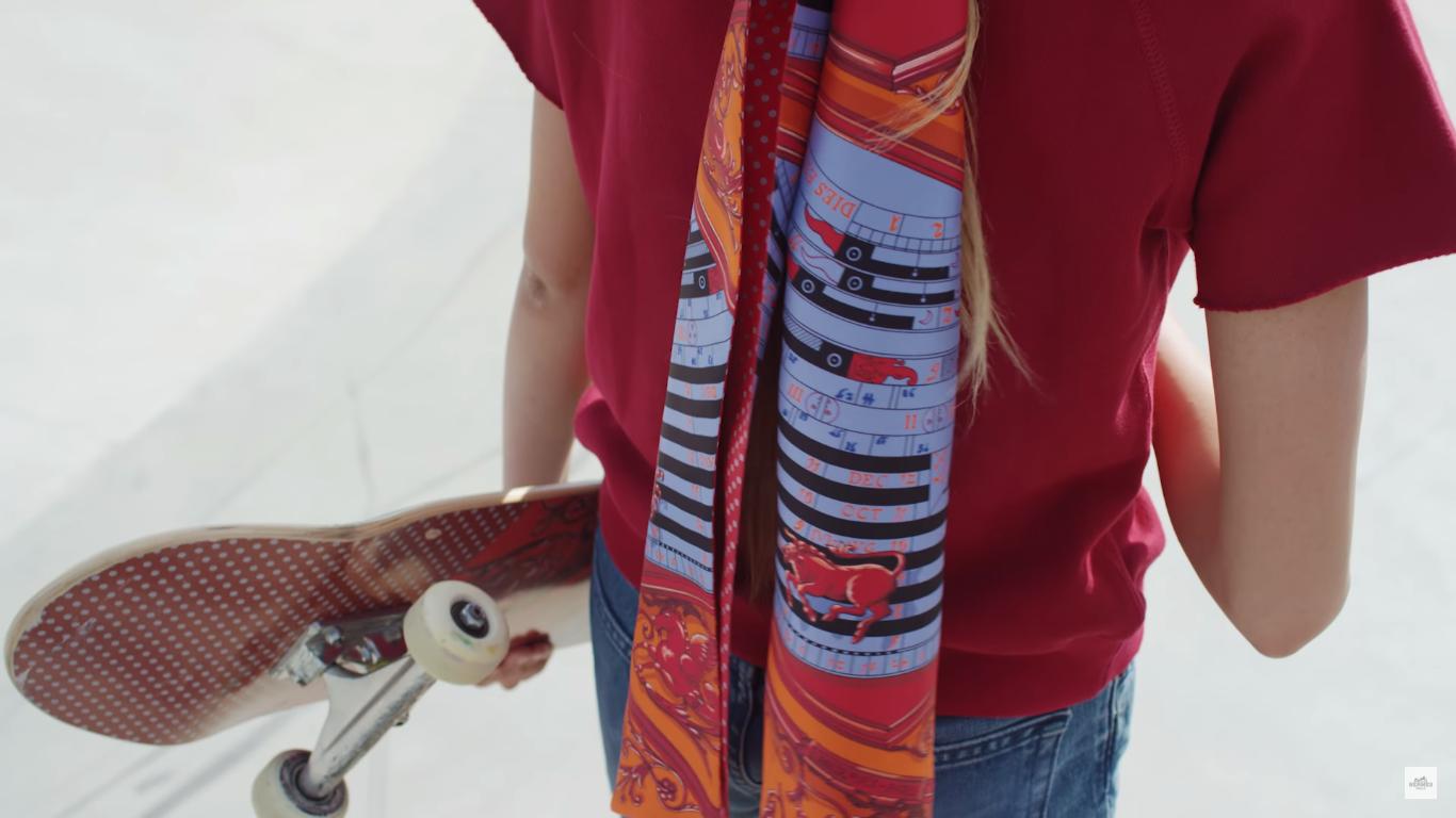 Hermès dévoile sa nouvelle collection de foulards dans une vidéo de skate