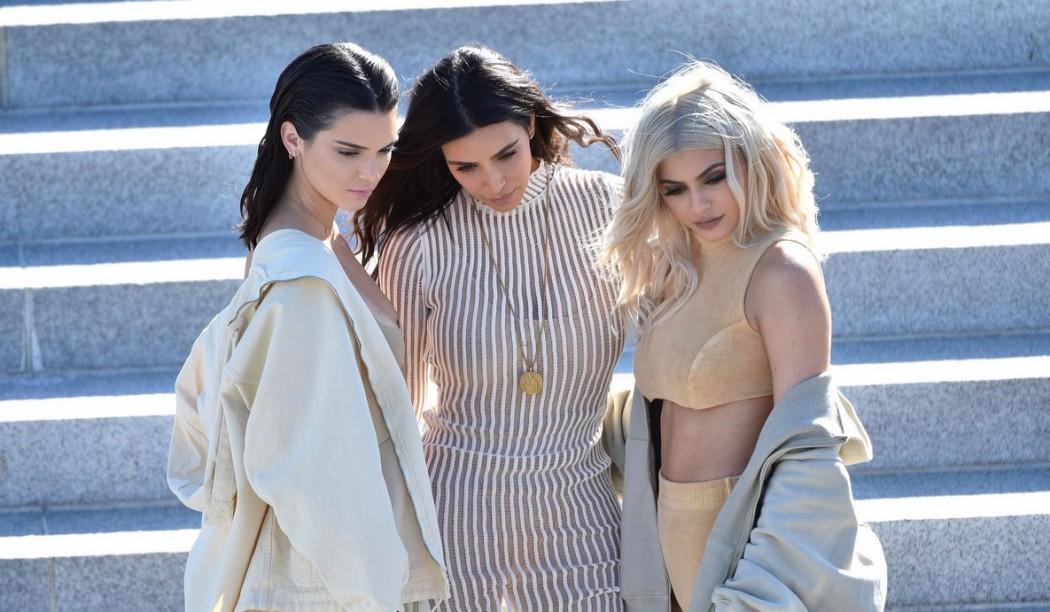 kim-kardashian-front-row-kanye-yeezy-03-1050x612
