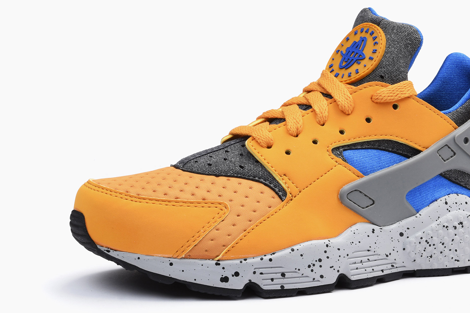 nike-air-huarache-acg-theme-gold-leaf-03