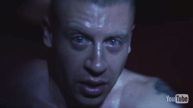 Macklemore dénonce l'enfer de l'addiction dans le clip de « Drug Dealer