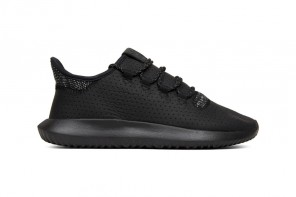 La Tubular Shadow enfile sa tenue triple black
