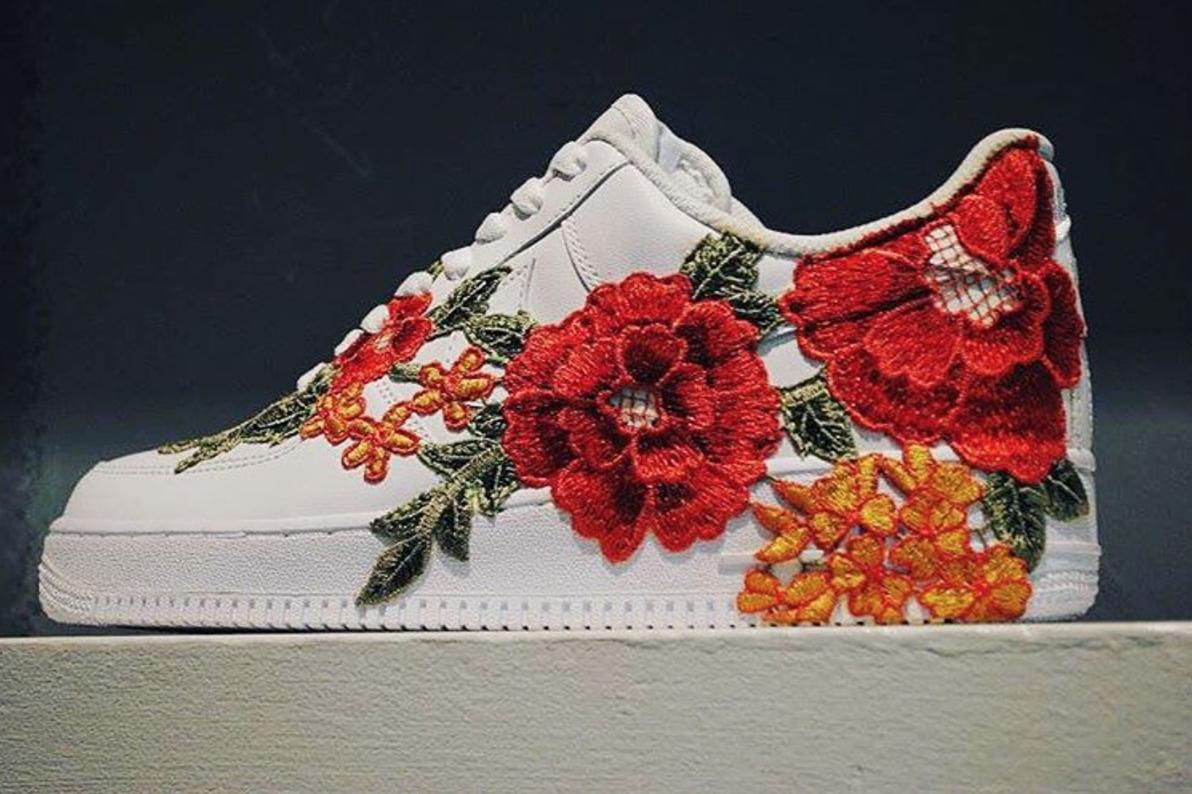 La Nike Air Force 1 s'habille avec un pattern « Flower » brodé