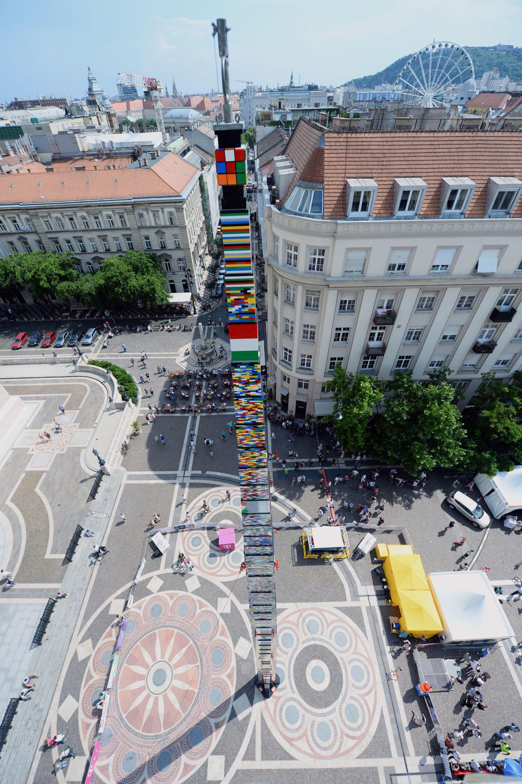 record-du-monde-de-la-plus-haute-tour-lego-a-budapest-en-2014_5365793