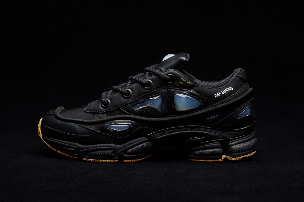 Adidas & Raf Simons laissent tomber une Ozweego Bunny « Core Black »