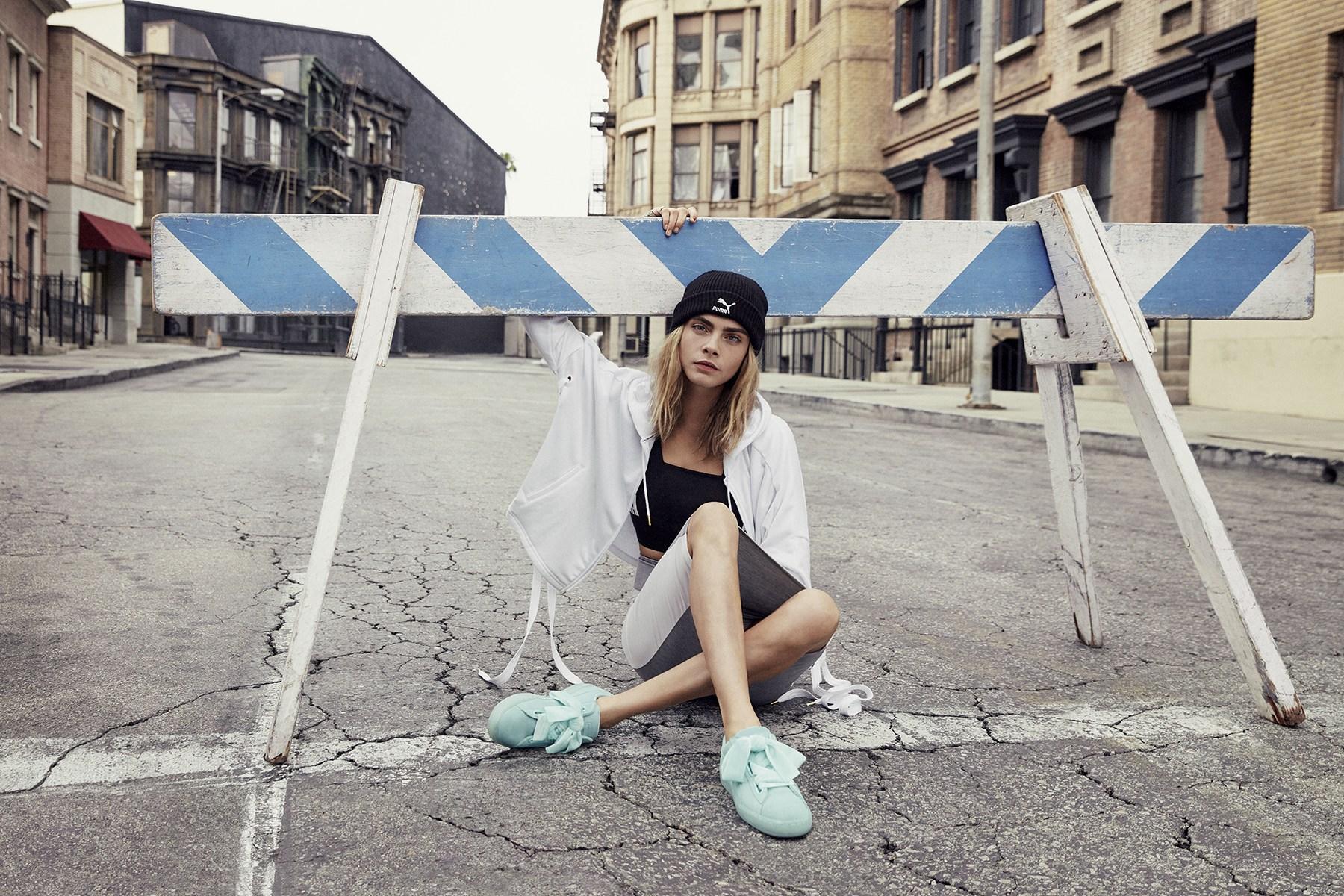 Cara Delevingne enfile la Suede Heart «Aruba Blue» dans la dernière campagne PUMA