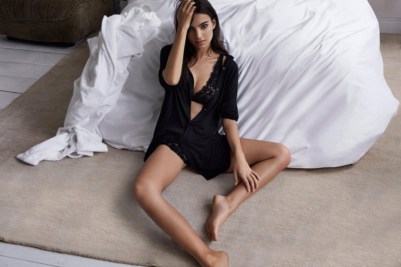 Emily Ratajkowski dénudée pour la campagne DKNY Intimates SS17