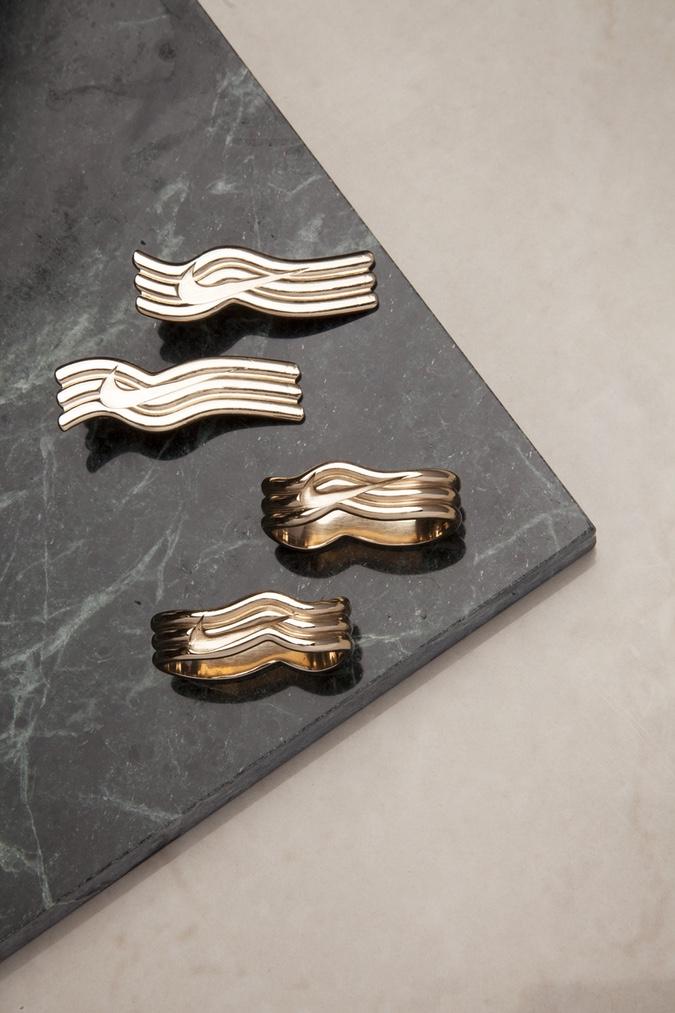 Une collection de bijoux à l'effigie de Nike pour la sortie de la Air Max 97 «Metallic Gold»