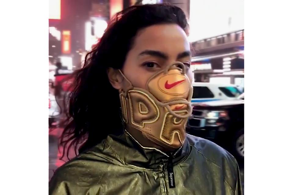 Adrianne Ho ère dans les rues de New York avec une custom signée Supreme x Nike Air More Uptempo