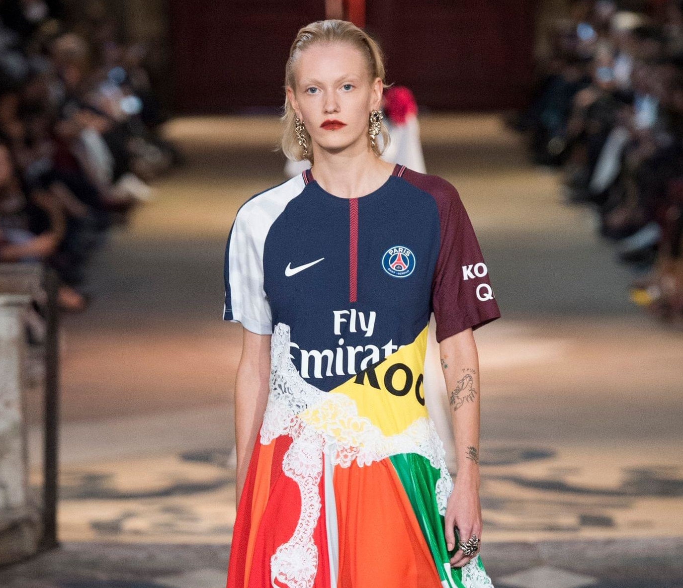 Christelle Kocher revisite les maillots du Paris Saint Germain sur son défilé SS18