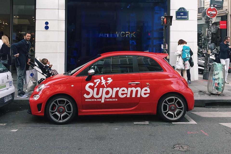 Une voiture de la collab' Supreme x Akira aperçue devant chez Colette