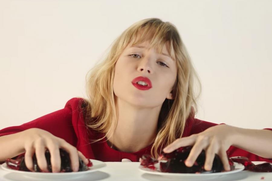 Angèle en interview pour TRENDS, lol et pop