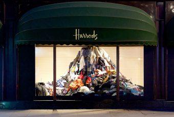 Vêtements : donnez vos anciennes pièces et la vitrine de chez Harrods se charge du reste !
