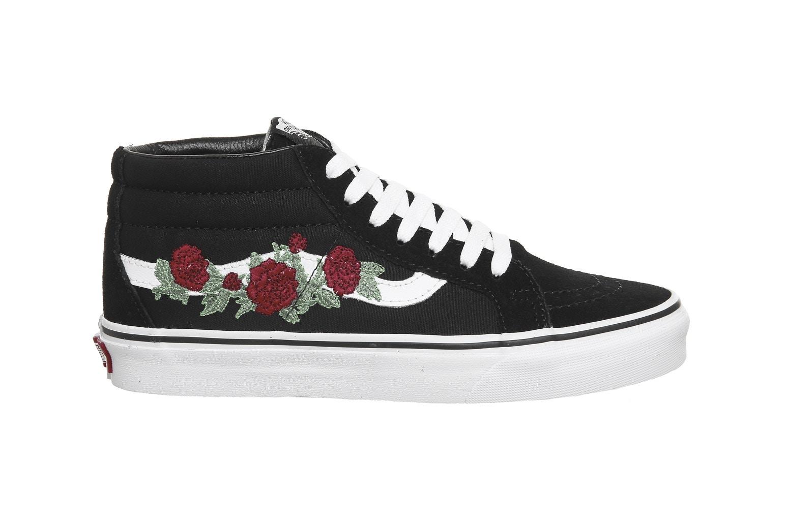 vans noires avec fleurs