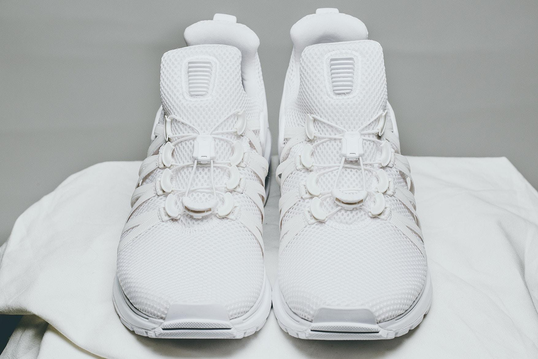nike-shox-gravity-triple-white-03
