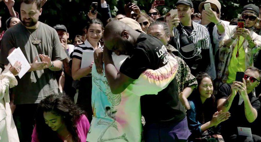 Virgil Abloh fond en larmes dans les bras de Kanye West après son premier défilé Louis Vuitton !