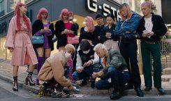 Jaden Smith joue aux cartes dans les rues de Tokyo…